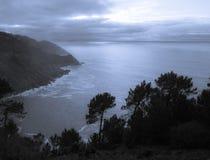 在大西洋海岸线的神秘的风景在日落之前 免版税库存照片