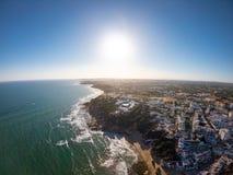 在大西洋海滩和海岸的阿尔加威,葡萄牙鸟瞰图  峭壁的旅馆区域在Praia de Falesia阿尔布费拉 图库摄影
