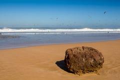 在大西洋海滩的岩石,摩洛哥 免版税图库摄影