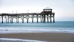 在大西洋海滩码头的日出在Emerald Isle 库存图片