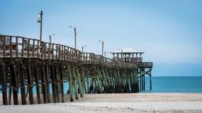 在大西洋海滩码头的日出在Emerald Isle 库存照片