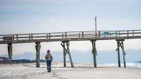 在大西洋海滩码头的日出在Emerald Isle 免版税库存照片