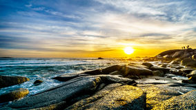 在大西洋的天际的日落阵营的在开普敦附近咆哮 库存图片