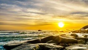 在大西洋的天际的日落阵营的在开普敦附近咆哮 免版税图库摄影