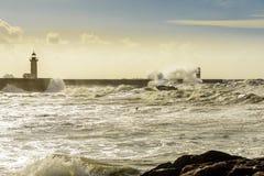 在大西洋的巨大的波浪打击的灯塔 免版税库存图片