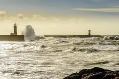 在大西洋的巨大的波浪打击的灯塔 图库摄影