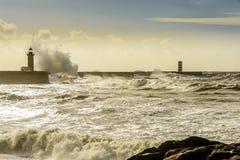 在大西洋的巨大的波浪打击的灯塔 库存照片