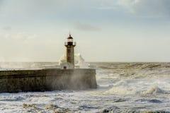 在大西洋的巨大的波浪打击的灯塔 免版税图库摄影