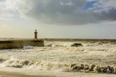 在大西洋的巨大的波浪打击的灯塔 免版税库存照片