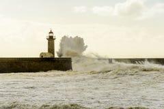 在大西洋的巨大的波浪打击的灯塔 库存图片