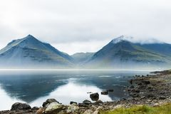在大西洋,冰岛海岸的山  库存图片