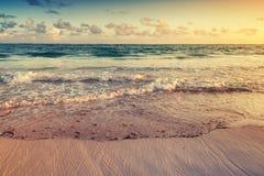 在大西洋海岸的五颜六色的日出风景 库存图片