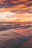 在大西洋海岸的五颜六色的日出 免版税库存照片