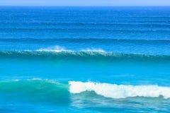 在大西洋海岸的波浪 免版税库存图片