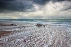 在大西洋海滩的风雨如磐的黑暗的天空 免版税图库摄影