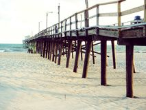 在大西洋海滩,北卡罗来纳的码头 免版税图库摄影