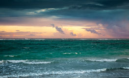 在大西洋的五颜六色的日出天空 多米尼加共和国 库存图片