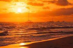 在大西洋的五颜六色的日出 免版税库存照片