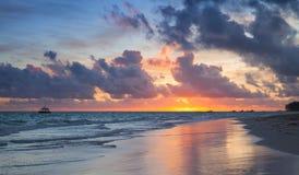 在大西洋的五颜六色的日出 免版税库存图片