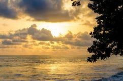在大西洋的剧烈的日落有在Limbe,喀麦隆,非洲的多云天空的 免版税库存照片