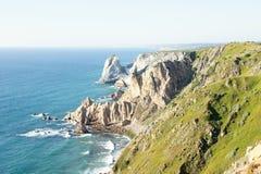 在大西洋的峭壁在罗卡角附近沿岸航行在葡萄牙 免版税库存图片