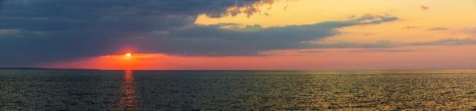 在大西洋的日落全景 免版税库存图片