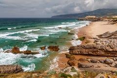 在大西洋的Guincho海滩在里斯本附近的多暴风雨的天气的 免版税图库摄影