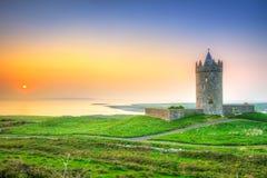 在大西洋附近的美丽的爱尔兰城堡日落的 库存图片