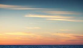 在大西洋ocea的五颜六色的日落天空 库存图片