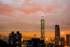 在大象山的日落最高的台北101大厦 免版税图库摄影