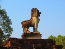 在大象的大阳台的上面骄傲的狮子雕象在吴哥城,柬埔寨 库存照片