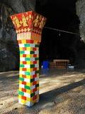 在大象洞的专栏在Vang Vieng附近 库存图片