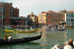 在大运河下的每年赛船会在威尼斯意大利 库存照片