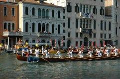 在大运河下的每年赛船会在威尼斯意大利 免版税图库摄影