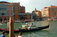 在大运河下的每年赛船会在威尼斯意大利 免版税库存图片