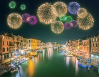 在大运河下的美丽的烟花和大厦在威尼斯 免版税库存照片