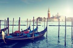 在大运河和圣乔治Maggiore教会的长平底船 免版税图库摄影