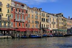 在大运河和长平底船,威尼斯,意大利的老典型的大厦 图库摄影