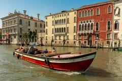 在大运河的一条小船在威尼斯 图库摄影