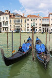 在大运河的两艘长平底船在威尼斯,意大利 免版税库存图片