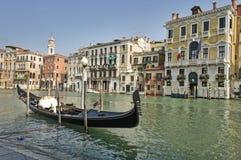 在大运河的停放的长平底船在威尼斯 库存照片