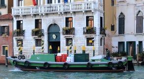 在大运河的公共小船在威尼斯 免版税库存照片