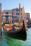 在大运河的威尼斯式长平底船 免版税图库摄影