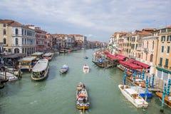 在大运河的小船在威尼斯,意大利 库存图片