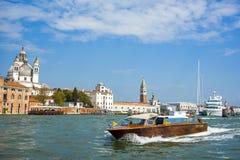 在大运河的小船有传统五颜六色的大厦的 免版税图库摄影