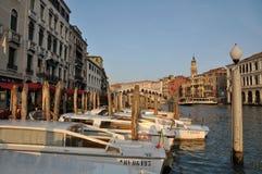 在大运河的小船, Rialto的桥梁,威尼斯 图库摄影