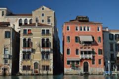 在大运河的日落的美妙的照片有它美丽如画和五颜六色的大厦的在威尼斯 旅行,假日,建筑学 免版税库存图片