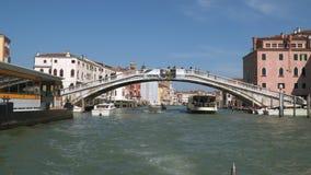 在大运河的桥梁在威尼斯 从浮动小船的看法 影视素材