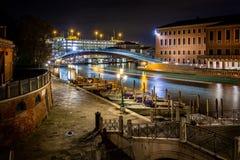 在大运河的玻璃桥梁在晚上在威尼斯,意大利 免版税图库摄影