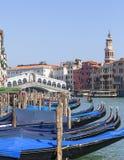 在大运河的看法和Rialto Bridge Ponte de Rialto和长平底船,威尼斯,意大利 库存图片